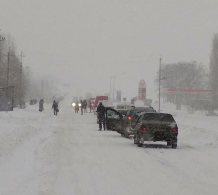 Под Харьковом заблокирована дорога