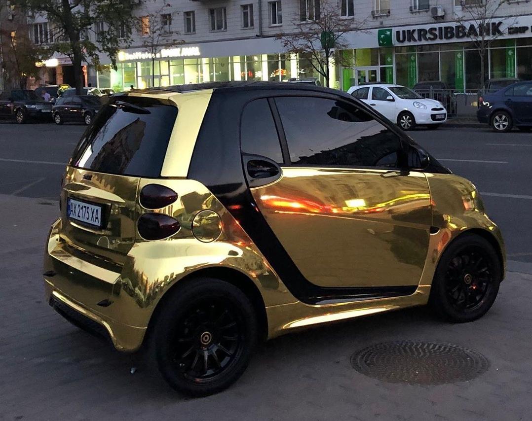 Уникальный электромобиль золотого цвета