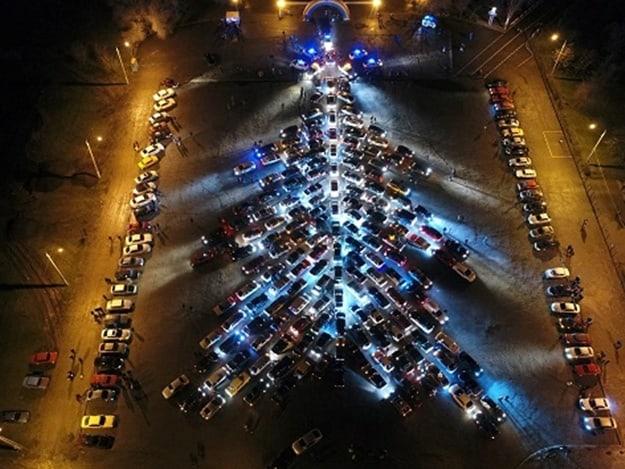 Самую большую елку из машин выстроили в Харькове