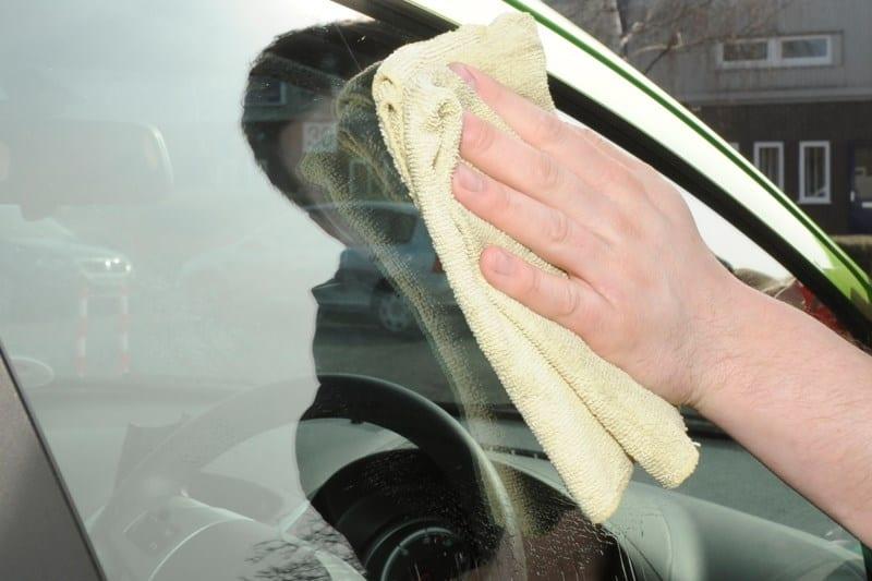 Как предотвратить царапины на лобовом стекле машины